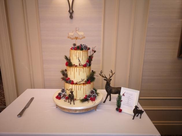 How to create a festive wedding cake